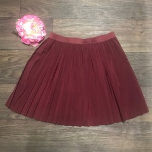 Chic new H&M burgundy pleated skirt - Size 8!